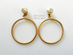 CHANEL CREAMY PEARL & TEXTURED HOOP EARRINGS WITH CC LOGO