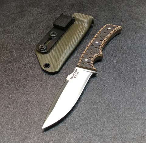 STAINLESS BLADE WITH CAMO SCALES AND OD GREEN CARBON FIBER SHEATH