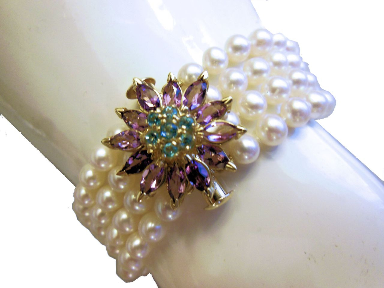 Daisy in Amethyst and Blue Topaz on pearls-Bracelet.