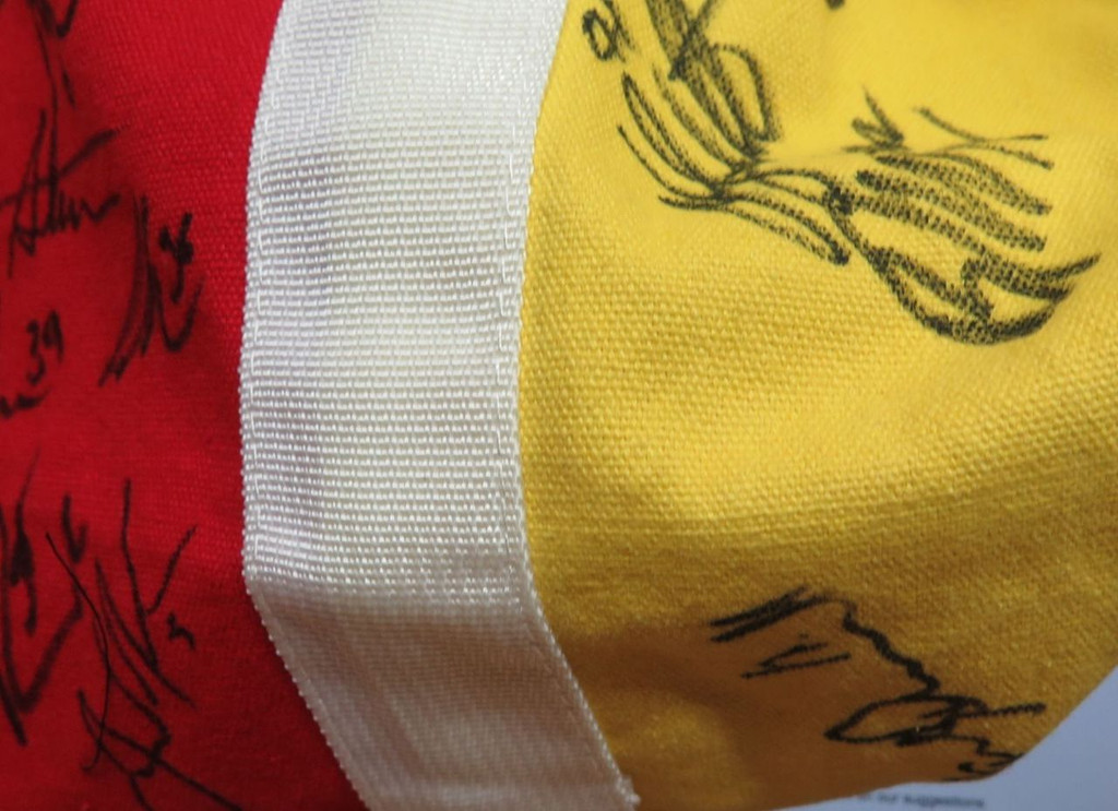 GOLD COAST SUNS SIGNED SUPPORTERS BAG / KNAPSACK. 16 SIGNATURES. VERY NICE!!