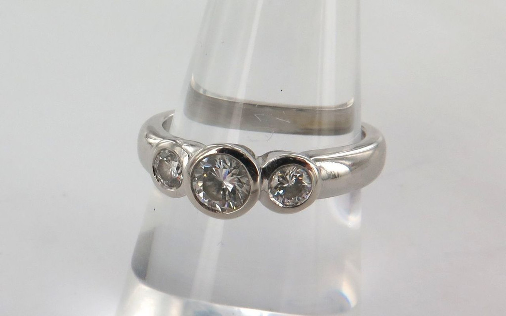 SUPERB VS 1 CLARITY 18CT WHITE GOLD & DIAMOND TRILOGY RING VALUATION $5500.