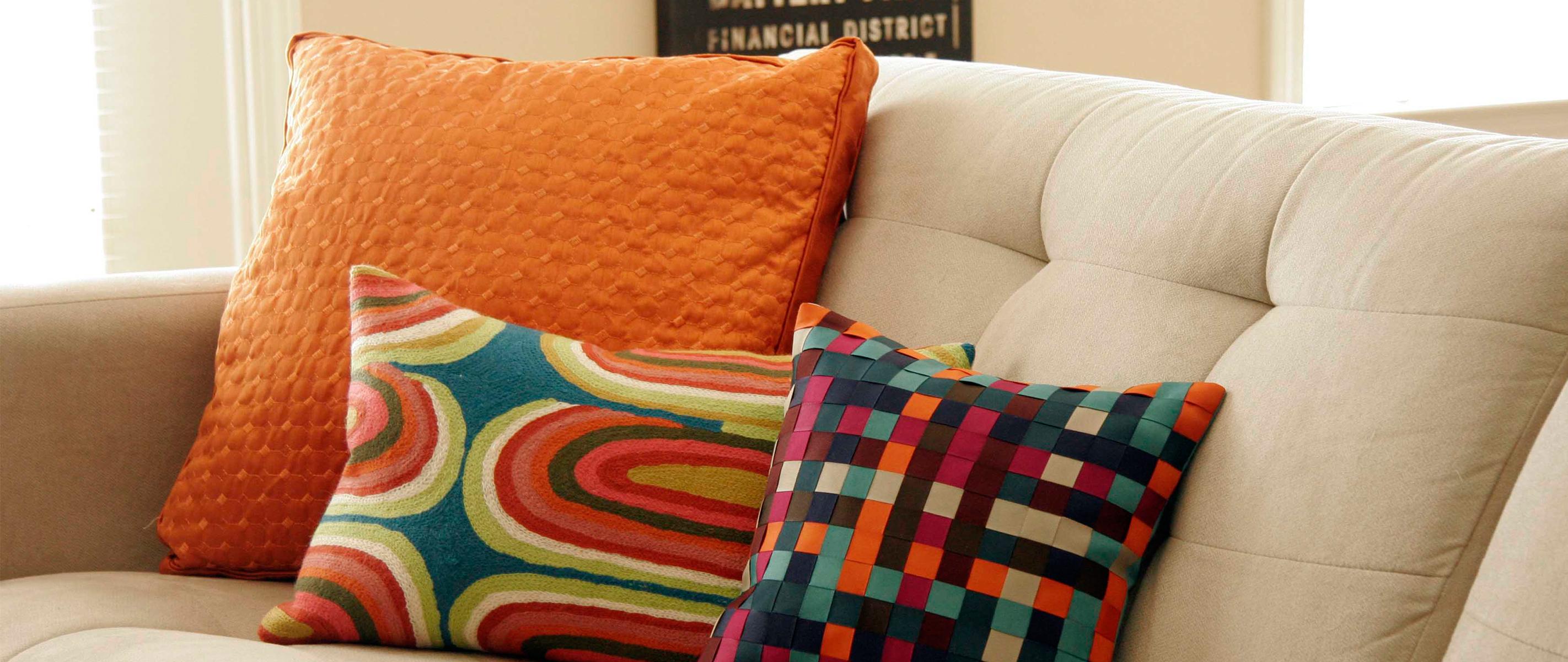 Marca la diferencia en tu sala con unos cojines berrios - Como hacer cojines decorativos ...