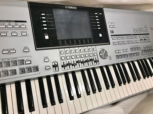 Yamaha Tyros 5 76 key arranger workstation with expansion memory