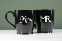 Ceramic Coffee Mugs Engraved with Mr & Mrs Basic Design (Set of 2)
