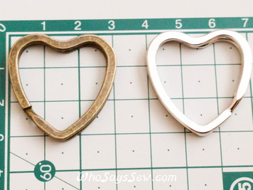 4x Heart Shaped Flat Split Rings in Shiny Silver/Antique Brass. Fabulous Quality.