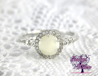 Inara Breast Milk Ring features a breastmilk stone faceted like a high-shine diamond and set into this vintage-style setting. It features 6 prongs to hold the stone securely in place, adding to its vintage feel.