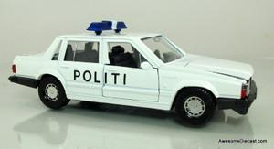 Corgi 1:43 Volvo 740 Politibil (front view)