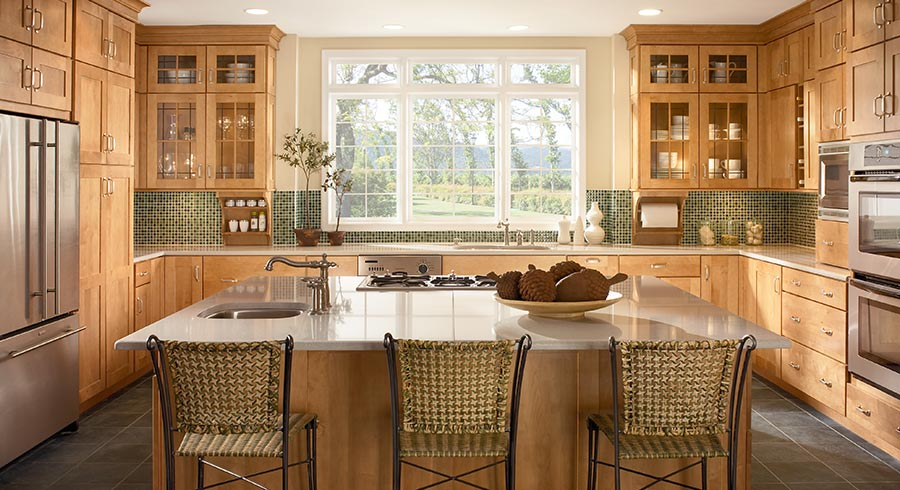 Popular kitchen layouts the u shaped kitchen kraftmaid for Common kitchen layouts