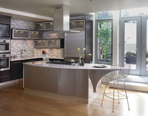 Cherry Kitchen in Peppercorn featuring Vetro Glass Doors