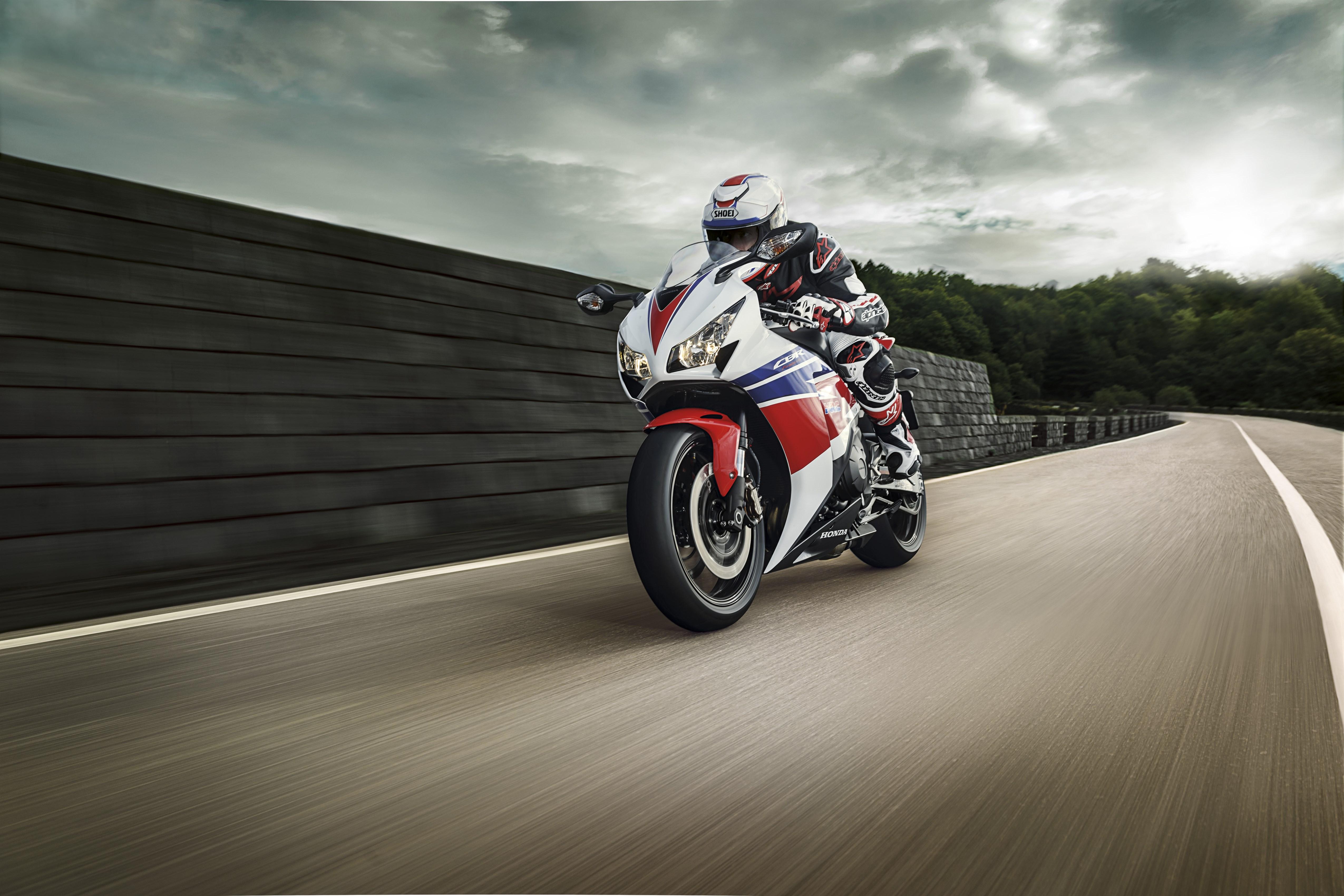 Honda-CBR1000RR-2014-Fireblade