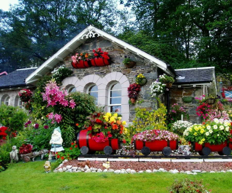 Small house flower garden house decor ideas for Classic house with flower garden