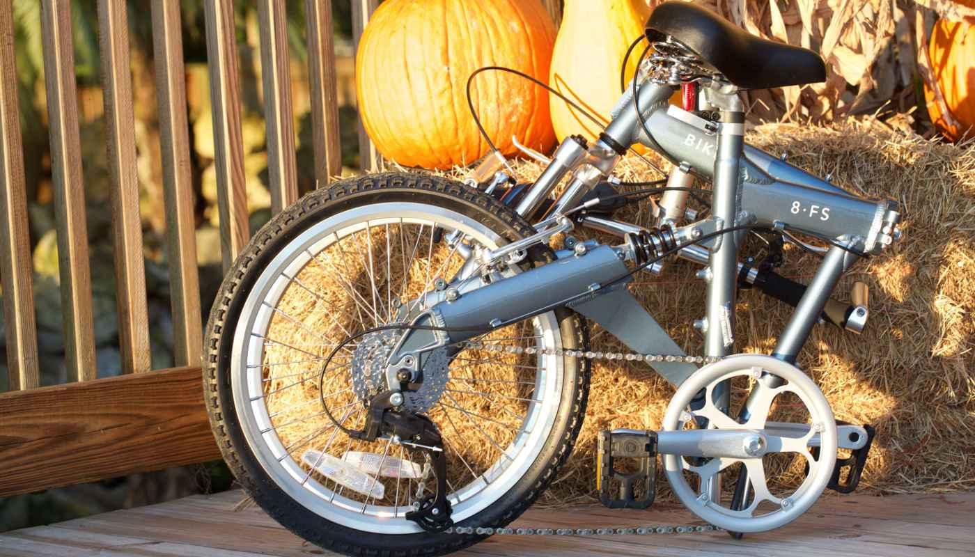 8FS folding bike on a hay bail