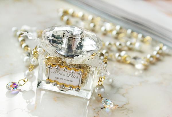 old-windsheild-allison-cooling-miss-sparkles-potion-necklace-2-.png
