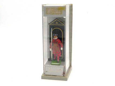 W Britain Collection 8230 Sentry Box and Beefeater