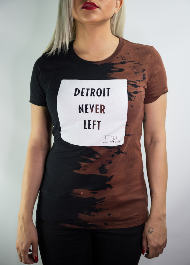 DETROIT NEVER LEFT™ HAND STAINED TEE (WMNS) – BLACK/WHITE