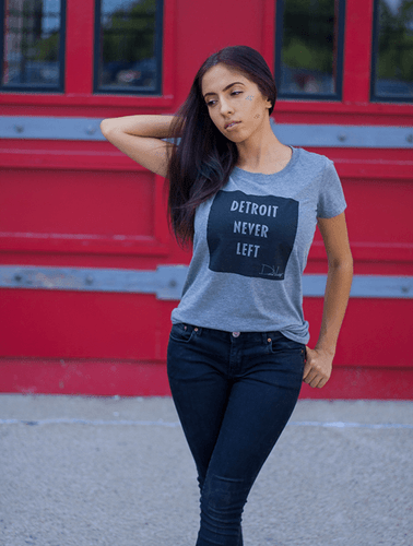 Detroit Never Left™ Wmns Tee – Gray/Black