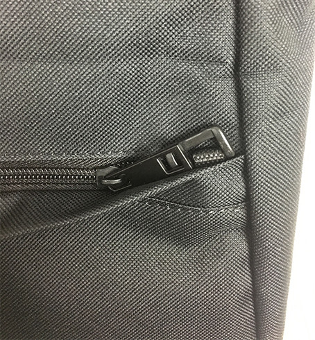External document side pocket - slot your race draw and other items. Comes with lockable zip.