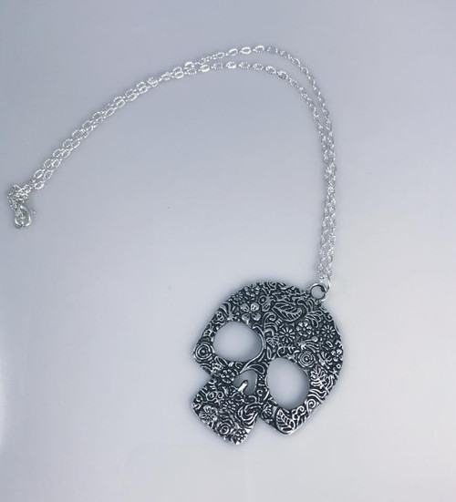 Resell for 18.00 or more 20 inch silver tone chain Antiqued silver sugar skull 2 4/8 x 1 7/8 inch pendant Style #ASSN120917g