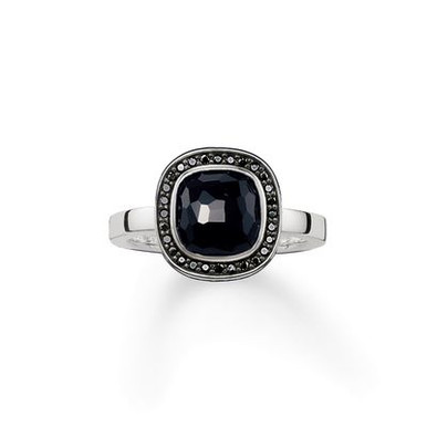 Framed by glittering pavé zirconia, the black onyx in the THOMAS SABO signature cut sparkles like stars in the night sky.