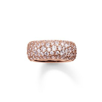 The stunningly-designed structure of the irregularly-set, white pavé zirconia lends the magically-dazzling CRUSHED PAVÉ ring its extraordinary sparkle. A setting with 18kt rose gold plating envelops this large, feminine band ring with a harmonious symphony of colours that completes the tricolour look of the CRUSHED PAVÉ range.
