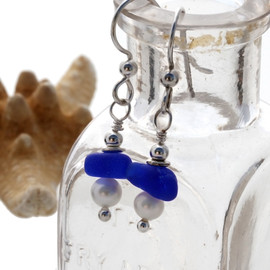 Blue sea glass are combined with AAA Grade fresh water pearls in this dangly pair of sea glass earrings.