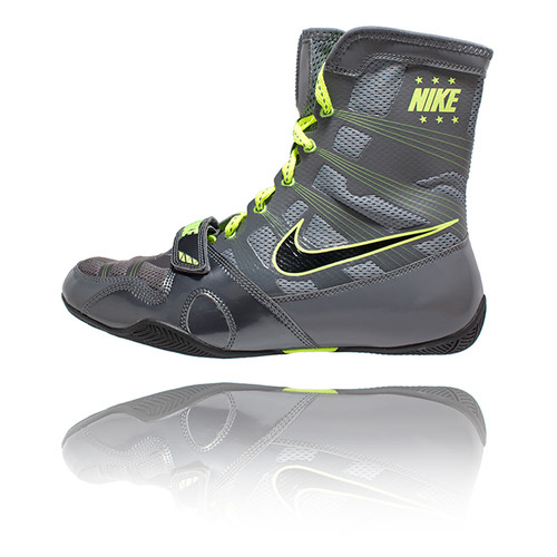 KEEPING THE NIKE HYPERKO STRONG AND LIGHT ARE NIKE FLYWIRE SUPPORTS – HIGH-STRENGTH THREADS THAT WORK LIKE CABLES ON A SUSPENSION BRIDGE WITH SUPPORT ENGINEERED PRECISELY WHERE THE ATHLETE NEEDS IT WHILE BOXING. TO ACCOUNT FOR THE TREMENDOUS TORQUE APPLIED BY BOXERS WHILE PUNCHING, A LOCKDOWN STRAP HAS BEEN PLACED IN THE FOREFOOT AREA. THIS SUPPORT SYSTEM ALLOWS THE NIKE HYPERKO TO BE CONSTRUCTED WITH A SUBSTANTIAL AMOUNT OF MESH WHICH MINIMIZES WEIGHT, AND HELPS WITH VENTILATION AND MOISTURE MANAGEMENT.