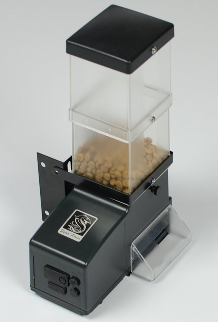 Basic CSF-3 Super Feeder with power adapter and mounting hardware
