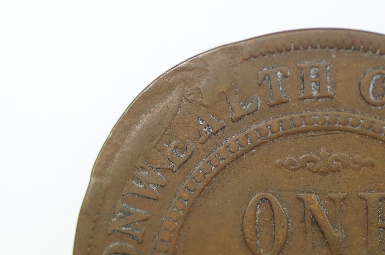 1919 Penny Dot Under Bottom Scroll Error Mis-Strike George V in Fine Condition Close Up